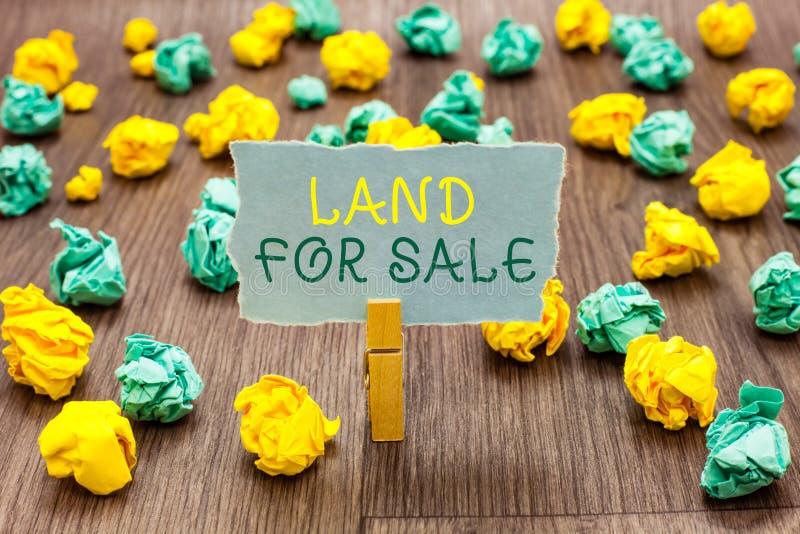 Till salu land för textteckenvisning Begreppsmässig fotoReal Estate lott som säljer klädnypan för bärarefastighetsmäklareinvester royaltyfri foto