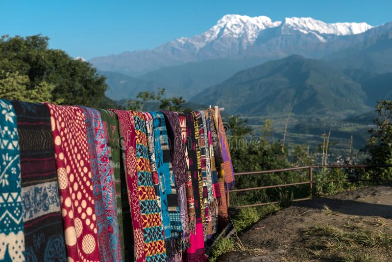 Till salu nepalesiska handgjorda scarves, Pokhara, Nepal royaltyfri fotografi