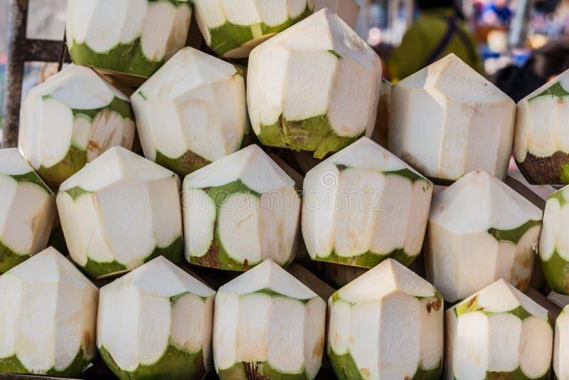 Till salu nya kokosnötter arkivfoto