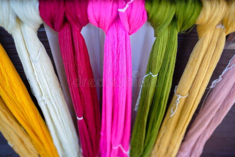 Till salu rått Färga-silke royaltyfri foto