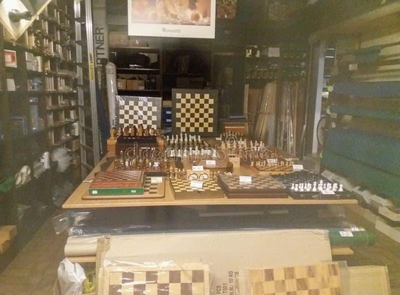 Till salu schackuppsättningar arkivbilder