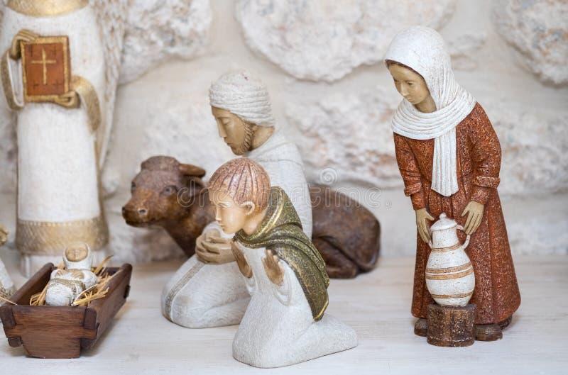 Till salu små statyer av julkrubban arkivfoto