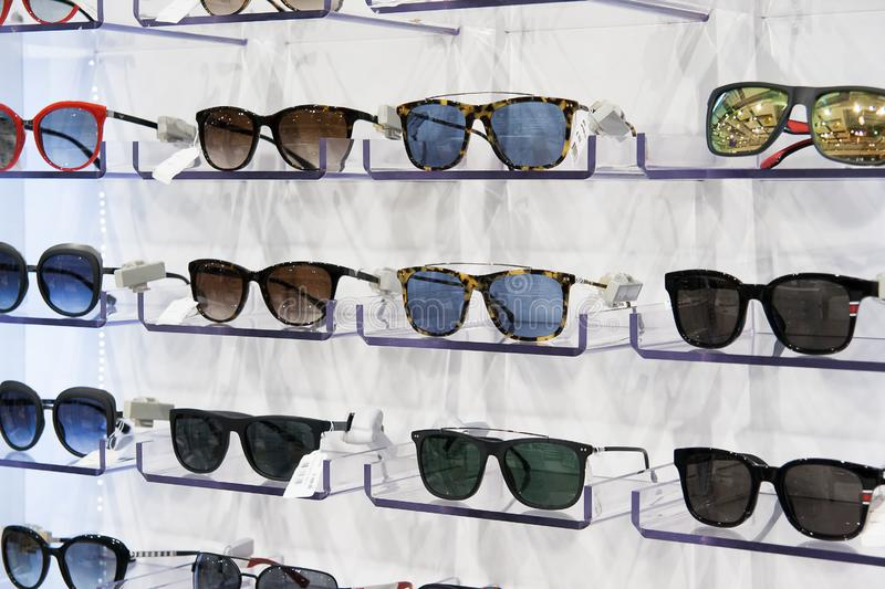 Till salu solglasögon, förlagt på hyllorna arkivbild