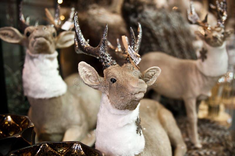 Till salu statyetter för julhjortleksaker arkivfoto