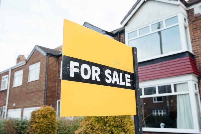 Till salu tecken på ett hus fotografering för bildbyråer