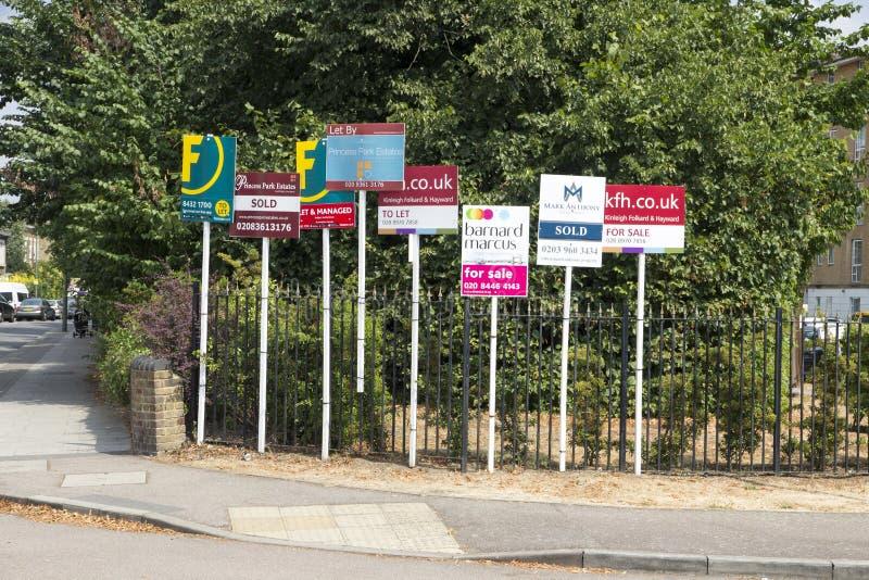 Till salu tecken på skärm som priser och försäljningar som bostadsmarknaden väljer upp, London, England, Juli royaltyfri foto