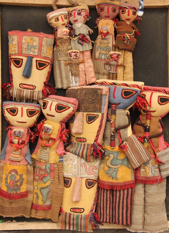 Till salu traditionella handgjorda dockor arkivbilder