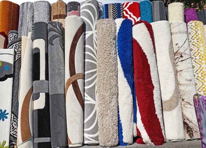 Till salu utomhus- för mattor i rad arkivbilder