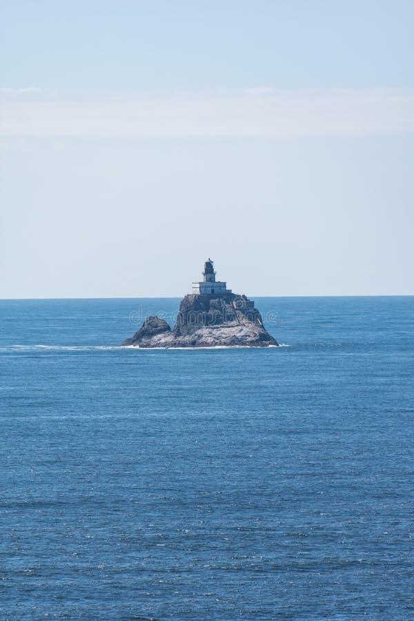 Tillamook-Felsen-Leuchtturm sitzt auf einer Basaltfelseninsel heraus im Ozean stockbild