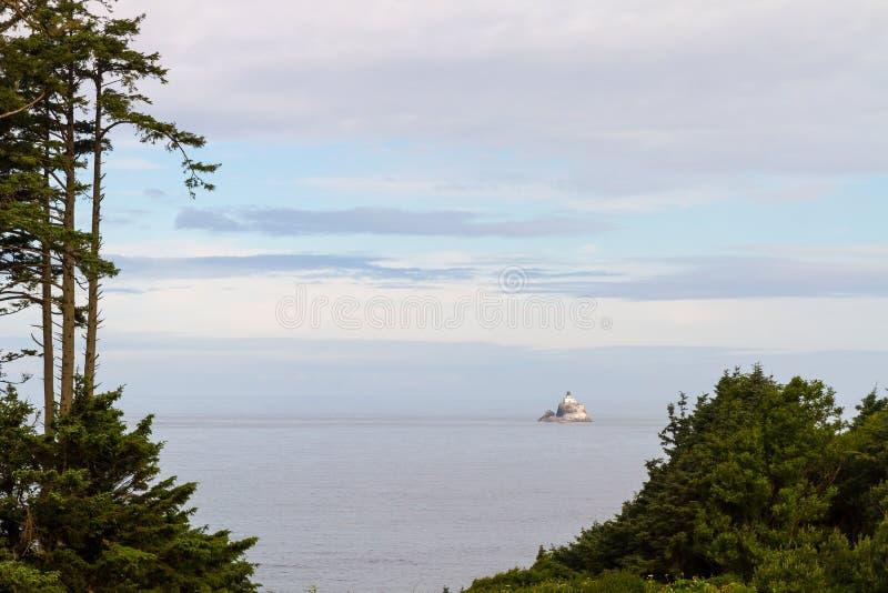 Tillamook-Felsen-Leuchtturm vom Ecola-Nationalpark lizenzfreie stockbilder