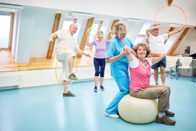 Tillbaka övningar med pensionären i konditionmitten arkivbild