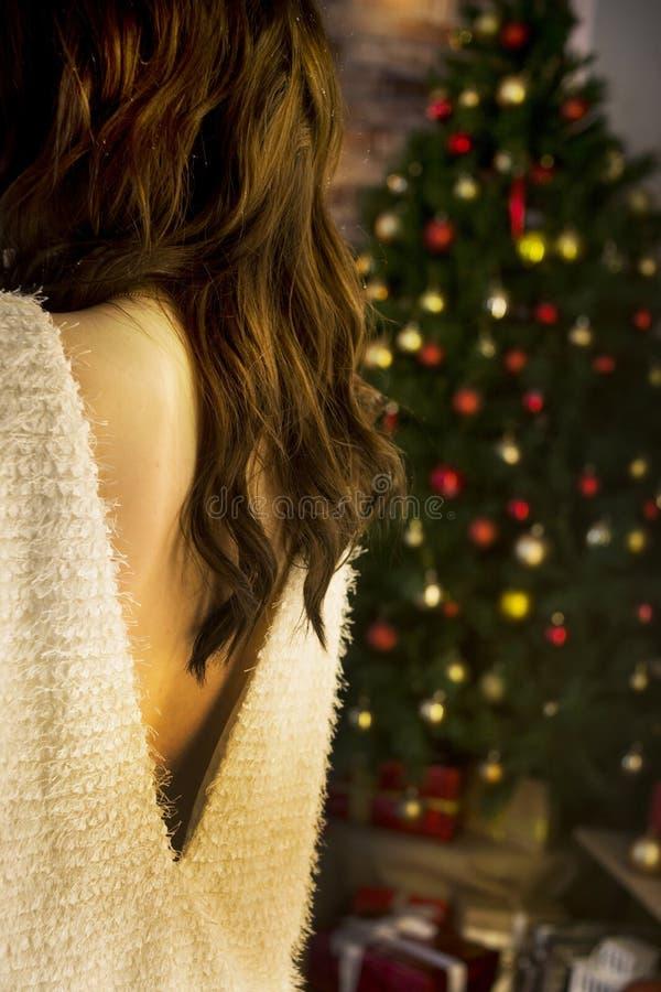 tillbaka av flickan och julgranen arkivfoton