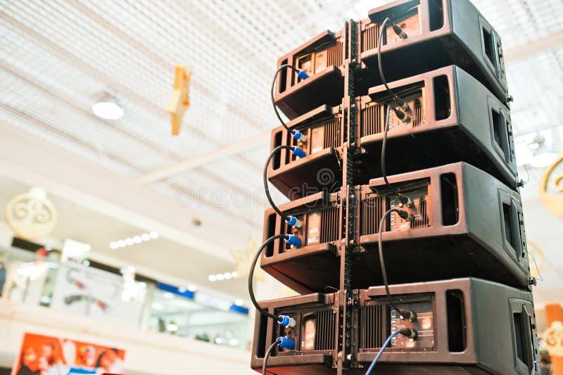 Tillbaka av ljudsignala högtalare för louds och det solida systemet i korridor arkivfoton