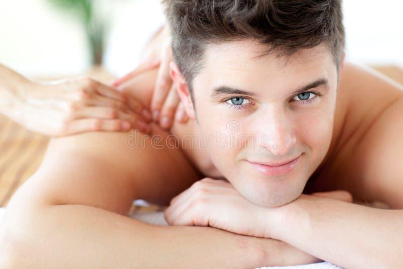 tillbaka beautifu som tycker om manmassage fotografering för bildbyråer