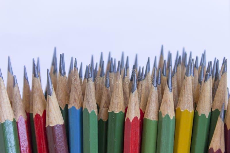 tillbaka begreppsskola till inställda mångfärgade blyertspennor Design för kontors- och skolateckningskonst arkivbild