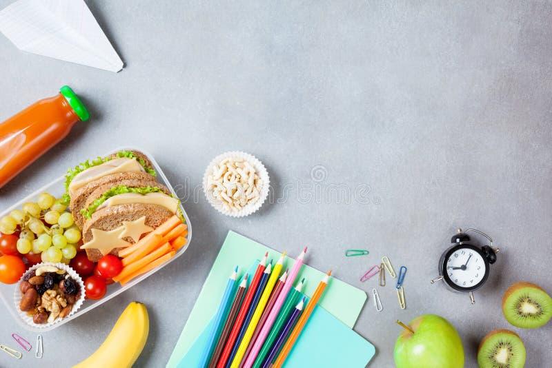 tillbaka begreppsskola till Sund lunchask och färgrik brevpapper på bästa sikt för tabell arkivfoton