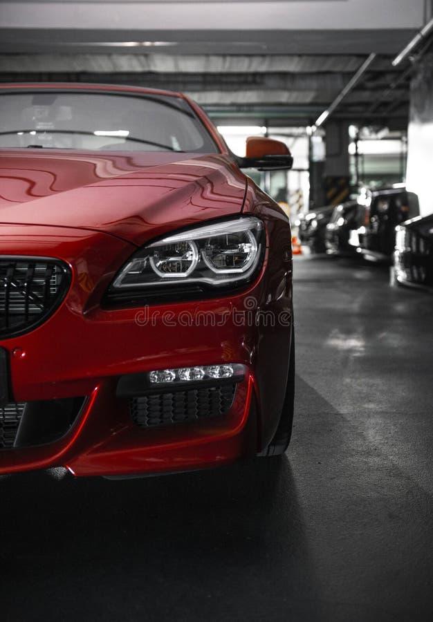 Tillbaka billykta av en modern lyxig r?d bil, automatiskdetalj, begrepp f?r bilomsorg i garaget arkivbilder