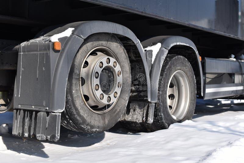 Tillbaka hjul av lastbilen i vinter arkivbild