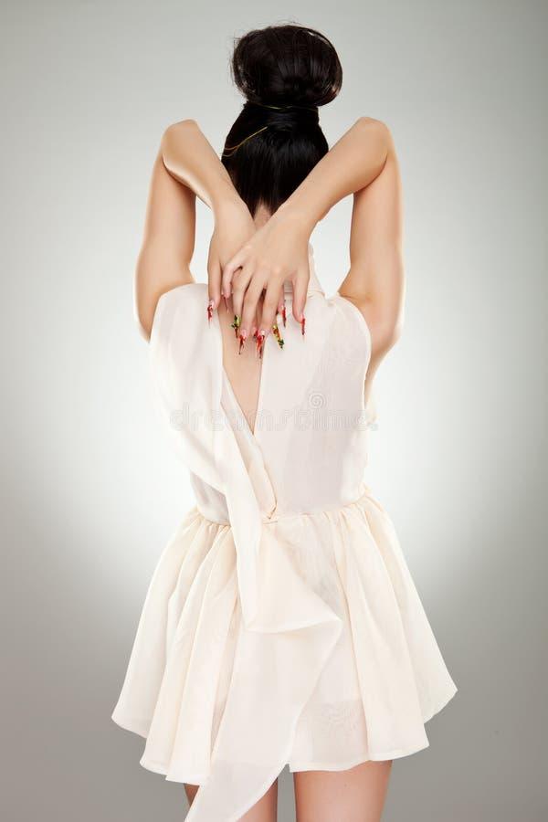 tillbaka klänningglamourkvinna royaltyfria bilder