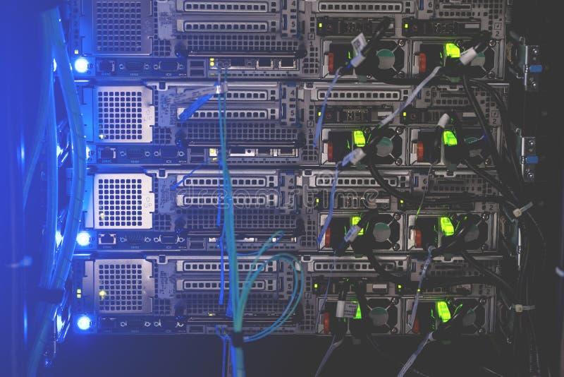 Tillbaka panel av kraftiga serveror som installeras i kuggen av servicen arkivfoton