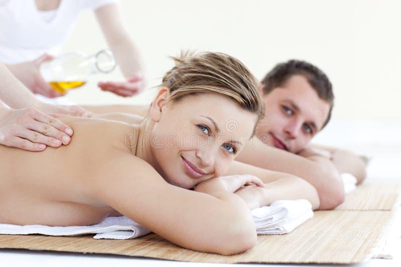 tillbaka par masserar positivt motta för olja arkivbild