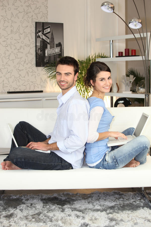tillbaka par som sitter till arkivfoton