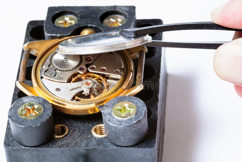 Tillbaka räkning för öppning från armbandsuret för gammal guld royaltyfri bild