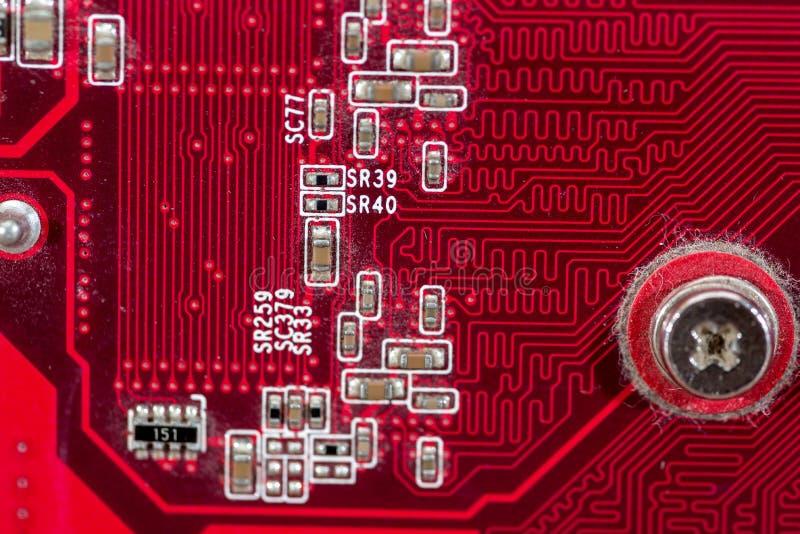 tillbaka sida av det gamla röda datormoderkortet för bakgrund royaltyfri bild