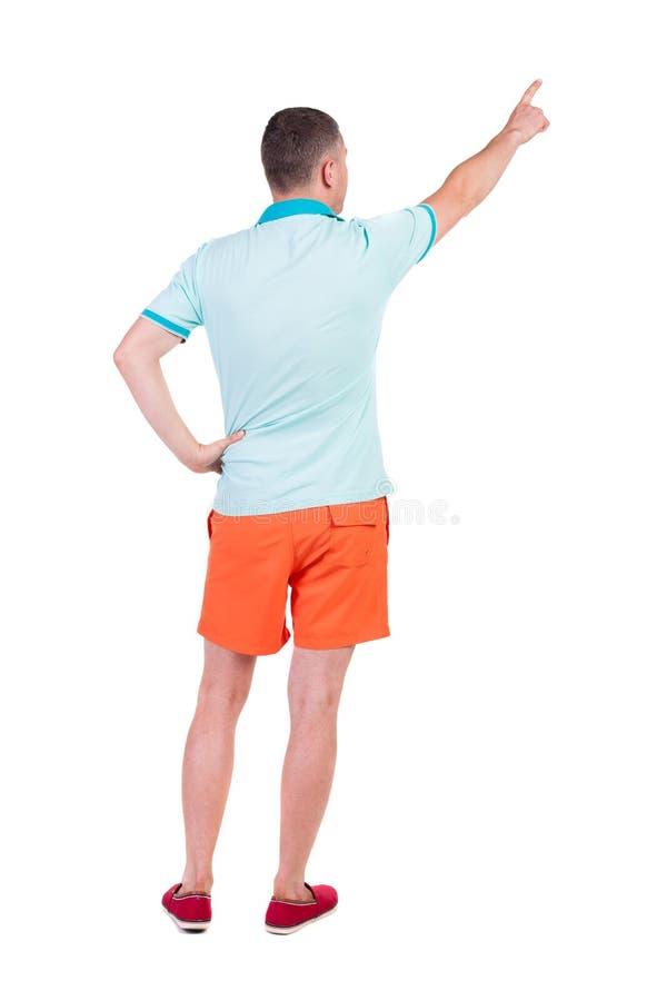Tillbaka sikt av att peka unga män i t-skjorta och kortslutningar arkivfoton