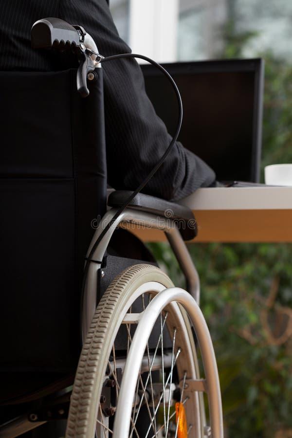 Tillbaka sikt av den funktionsdugliga mannen arkivbilder