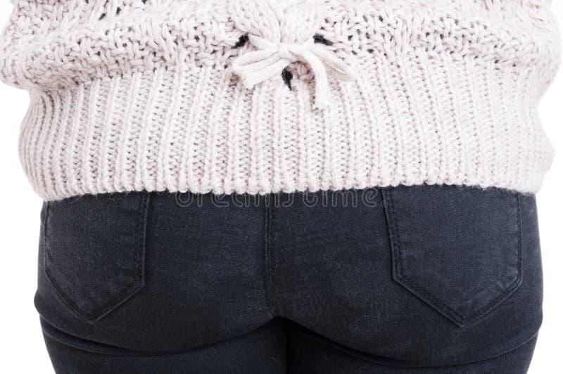 Tillbaka sikt av den kvinnajeans och tröjan royaltyfri fotografi