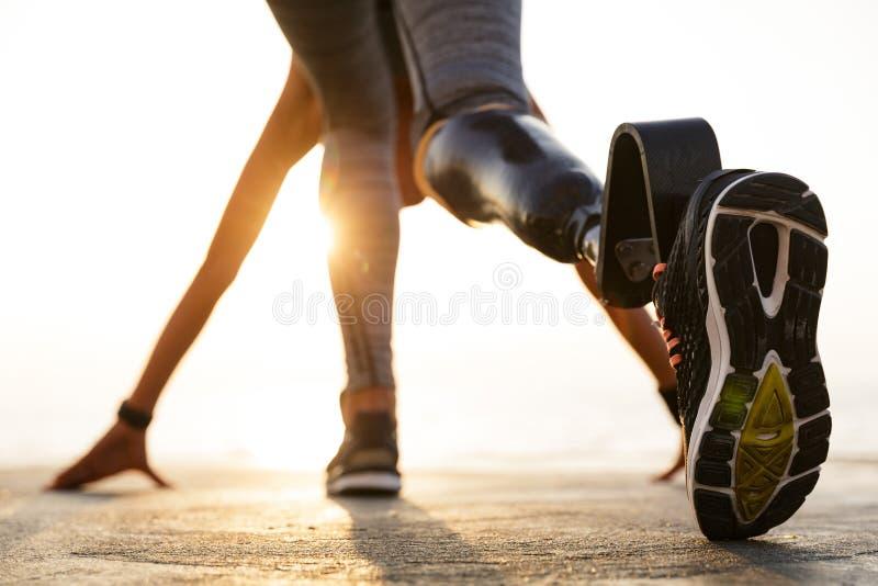 Tillbaka sikt av den rörelsehindrade idrottsman nenkvinnan med det prosthetic benet royaltyfri fotografi