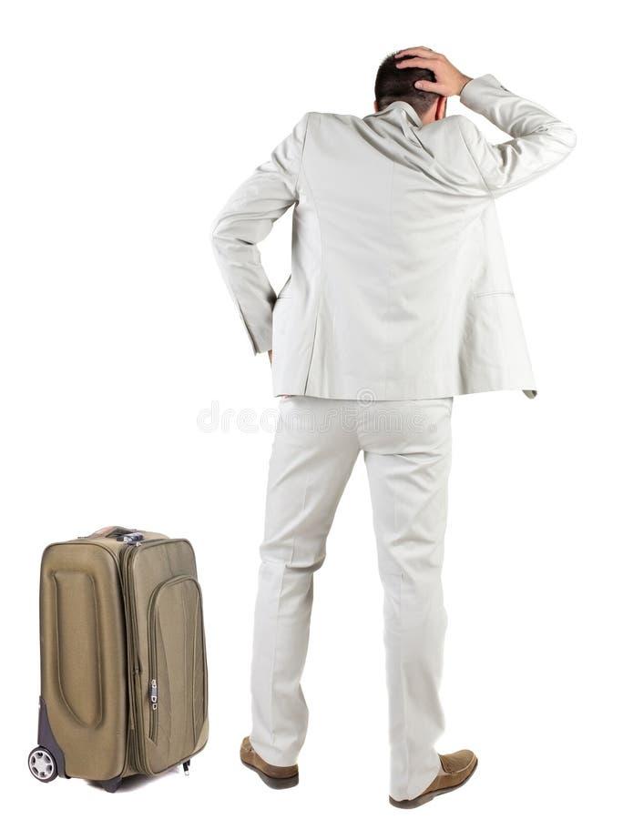 Tillbaka sikt av den resande affärsmannen med resväskan arkivfoton