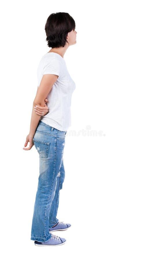 Tillbaka sikt av den stående unga härliga brunettkvinnan arkivfoton