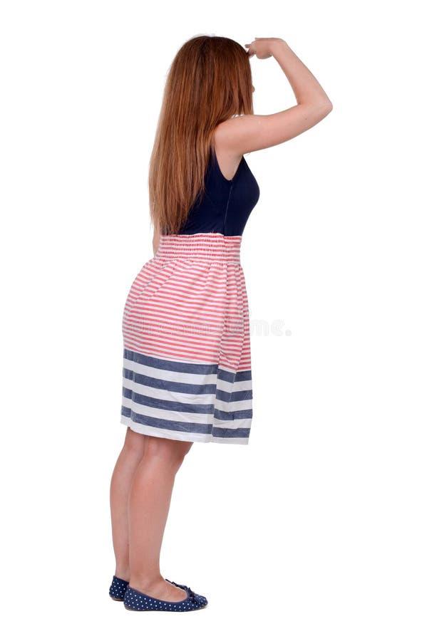 Tillbaka sikt av den stående unga härliga rödhårig mankvinnan arkivbild