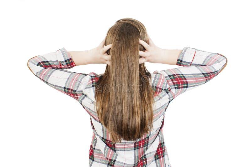 Tillbaka sikt av den tonårs- flickan som förväxlar Chockad tonårs- flicka med händer på huvudet arkivbild