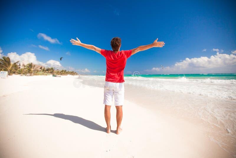 Tillbaka sikt av den unga mannen som tycker om på ferien arkivbilder