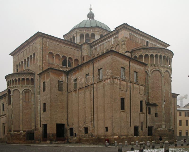 Tillbaka sikt av domkyrkan i den italienska staden Modena arkivbilder