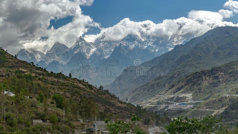 Tillbaka sikt av Jade Dragon Snow Mountain, Yunnan arkivbild