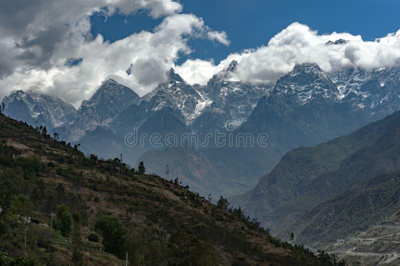 Tillbaka sikt av Jade Dragon Snow Mountain, Yunnan, Kina arkivbilder