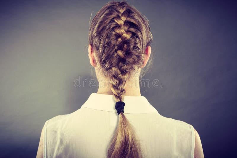 Tillbaka sikt av kvinnan med den blonda flätad tråden royaltyfria foton