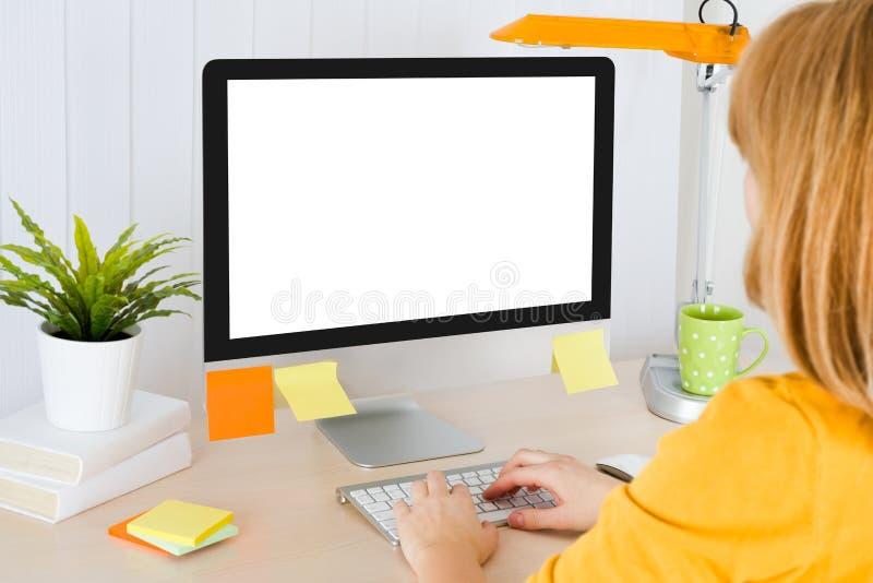Tillbaka sikt av kvinnlig maskinskrivning för kontorsarbetare på tangentbordet royaltyfria foton