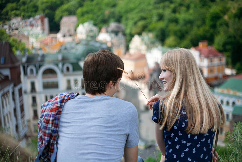 Tillbaka sikt av par som ser de royaltyfri bild