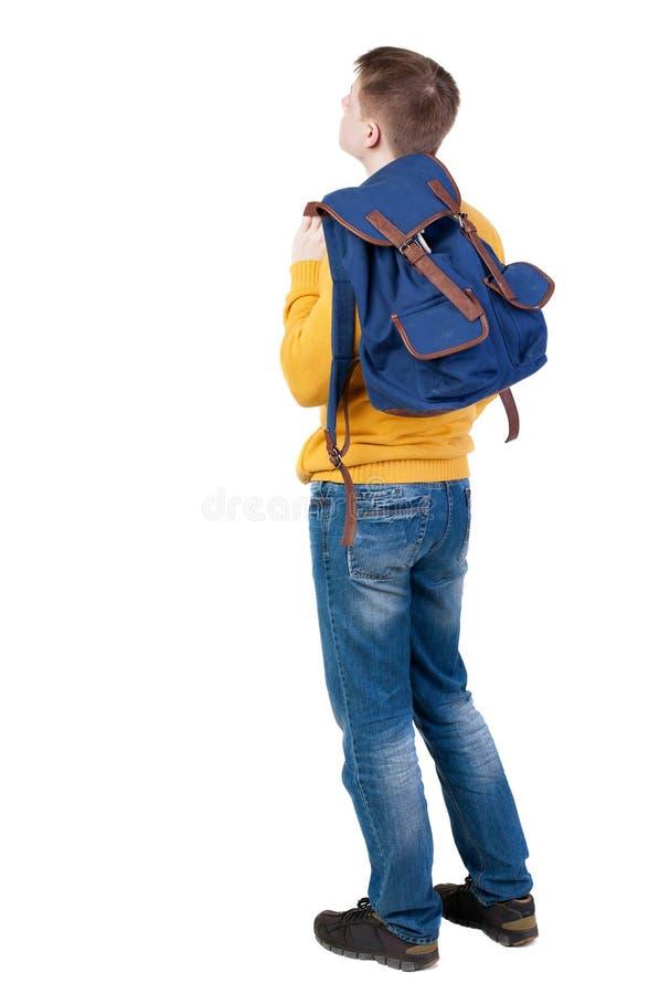 Tillbaka sikt av unga män med ryggsäcken arkivfoto