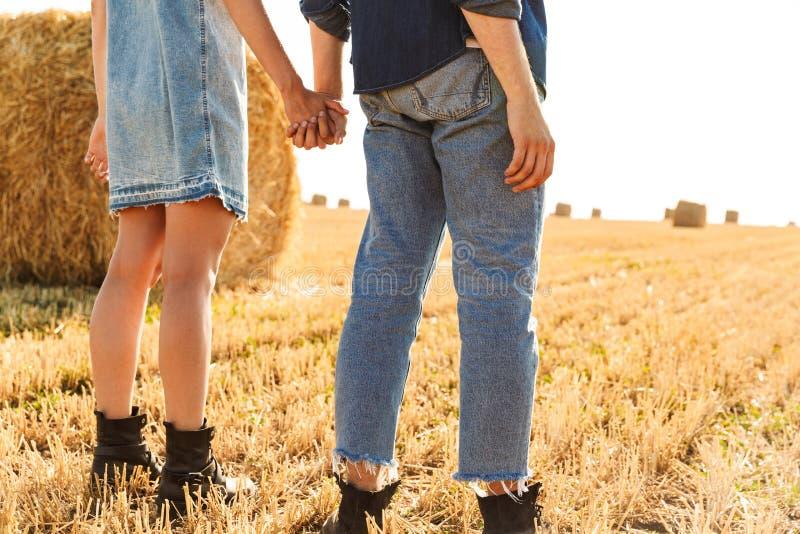 Tillbaka sikt kantjusterad bild av ett ungt par arkivfoton