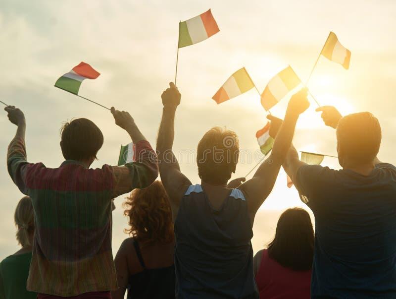 Tillbaka sikt, kontur av italienskt folk med flaggor fotografering för bildbyråer