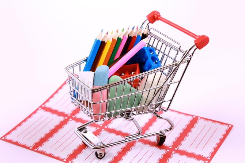 tillbaka skola som shoppar till royaltyfria foton