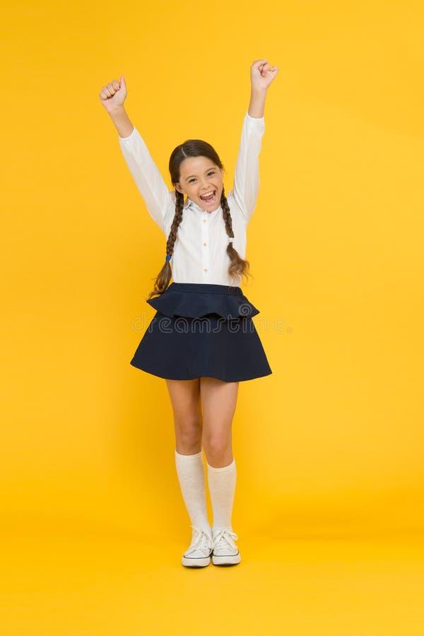 tillbaka skola till Älskar den lilla ungen för studenten skola Emotionell skolflicka Fira kunskapsdagen September tid att studera royaltyfri fotografi