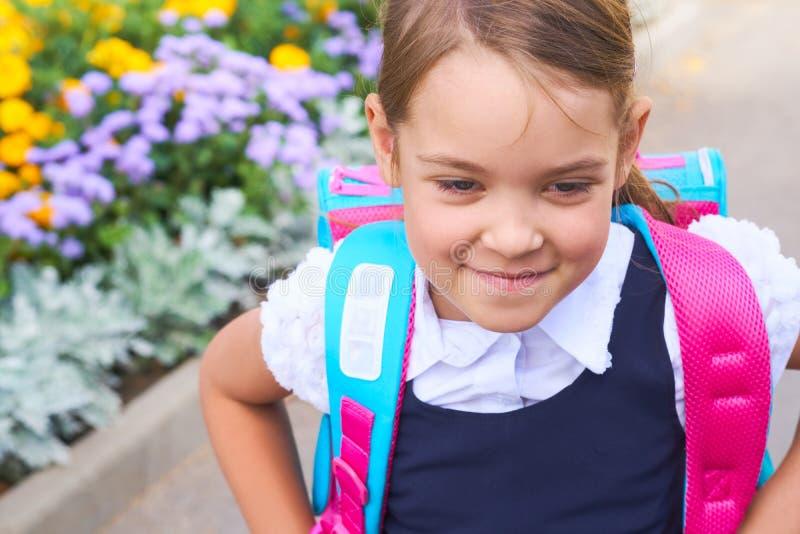 tillbaka skola till Gullig blandras- barnflicka med ryggsäcken som går att skola med gyckel royaltyfria bilder