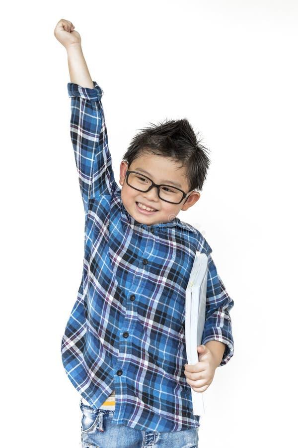 tillbaka skola till Gullig pojke i exponeringsglas som har gladlynt när tid att skola på vit bakgrund royaltyfria foton